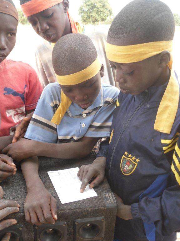 Zakaria a reçu une lettre de sa marraine et essaie de la lire!